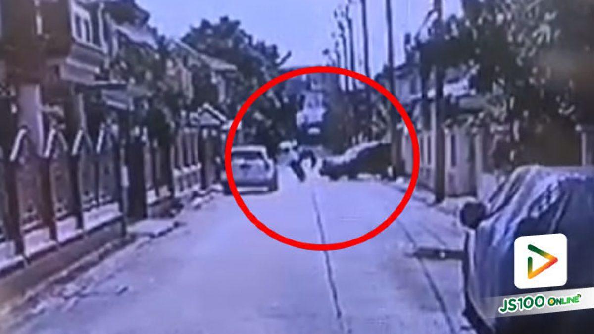 จยย.หักหลบรถที่จอดอยู่ รถยนต์ขับจากบ้านชนกลางลำ
