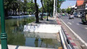 จวกยับ! ทางเท้าแหว่งริมคลองคูเมืองเดิม ถ.อัษฎางค์ คนเดินไม่ระวังเสี่ยงตกน้ำ