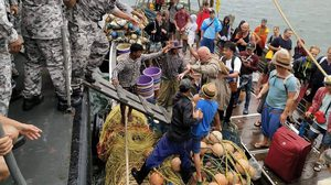 ผู้ว่าฯระนอง ส่งเรือหลวงสงขลา ไปรับนักท่องเที่ยวติดค้างบน 'เกาะพยาม' จากพายุปาบึก