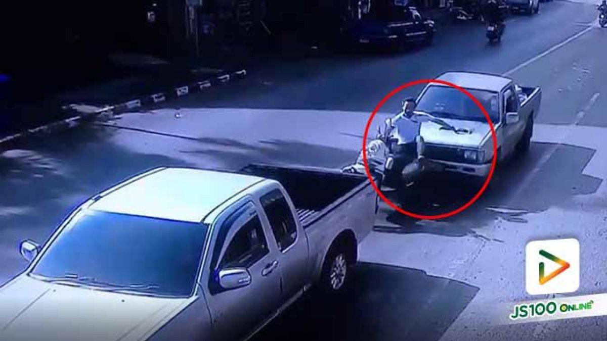 จยย. จอดติดไฟแดง ถูกรถปิคอัพเบรคแตกชนท้ายอย่างจัง (25/10/2019)