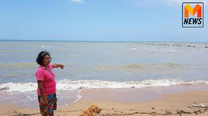 ทำได้ลงคอ! ชาวบ้านพบ 2 สาวต่างชาติอุ้มลูกสุนัขลงทะเลก่อนกดน้ำจนสิ้นใจ