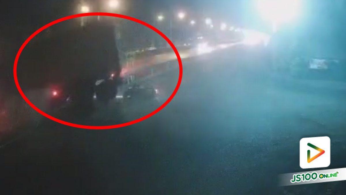 รถบรรทุกออกจากแยกพุ่งข้ามเลน จยย.เบรคไม่ทันแต่ชนไม่แรง รอดหวุดหวิด (18/03/2021)