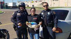 อิ่มกันถ้วนหน้า !! ตำรวจจราจรในเท็กซัส แจกไก่งวงคนขับรถผิดกฎแทนใบสั่ง