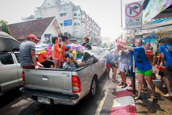 ตำรวจยันแล้ว สงกรานต์62 เล่นน้ำหลังรถกระบะได้