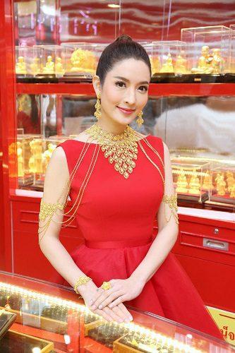 """""""แอฟ"""" โชว์คอลเลคชั่นทองคำสวยงามอลังการ  เปิดห้างค้าทองเยาวราช สาขาพาราไดซ์ พาร์ค"""