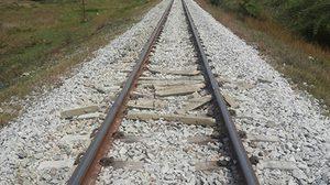 มือมืดป่วนประจวบฯ นำเสาปูนหลายต้นขวาง รางรถไฟ