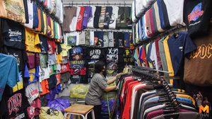 พ่อค้า-แม่ค้า ตลาดนัดจัตุจักร  ทำความสะอาด เตรียมขายของ หลังมีมาตรการผ่อนปรน