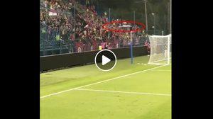 หมดศรัทธา! แฟนบอลกิเลนเดือดปาธงเชียร์ใส่ 'สารัช' (มีคลิป)