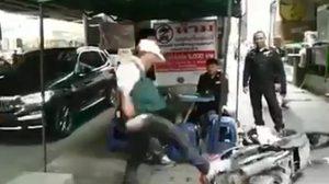 คลิปว่อน! หนุ่มวินหัวร้อนพังรถตัวเอง ฉุนถูกจับขี่บนทางเท้า