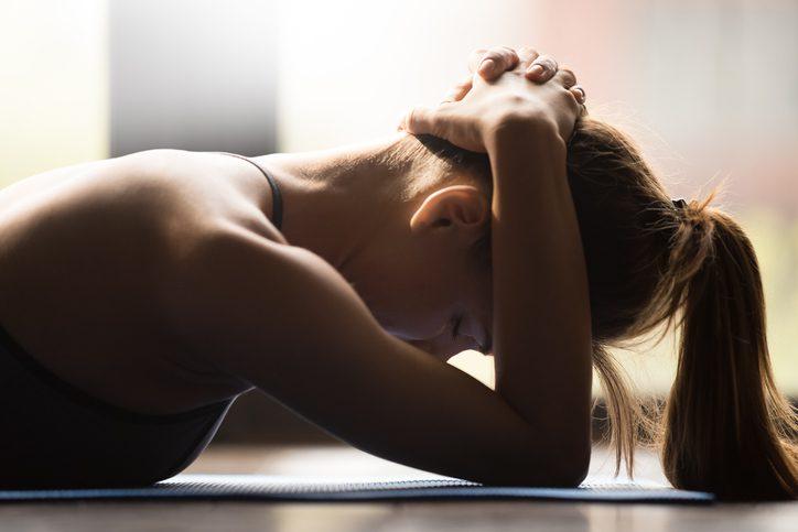 5 ท่าบริหารแบบง่ายๆ ช่วยผ่อนคลายความเครียด แก้ปวดหัว ปวดไมเกรน!!