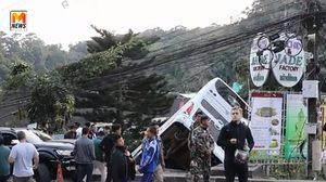 นาทีรถบัสนักท่องเที่ยวจีน เบรคแตก พุ่งตกลานจอดรถวัดพระธาตุดอยสุเทพ