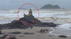 คลิปนาทีคลื่นซัดรูปปั้นนางเงือกทอง ที่หาดสมิหลา จ.สงขลา