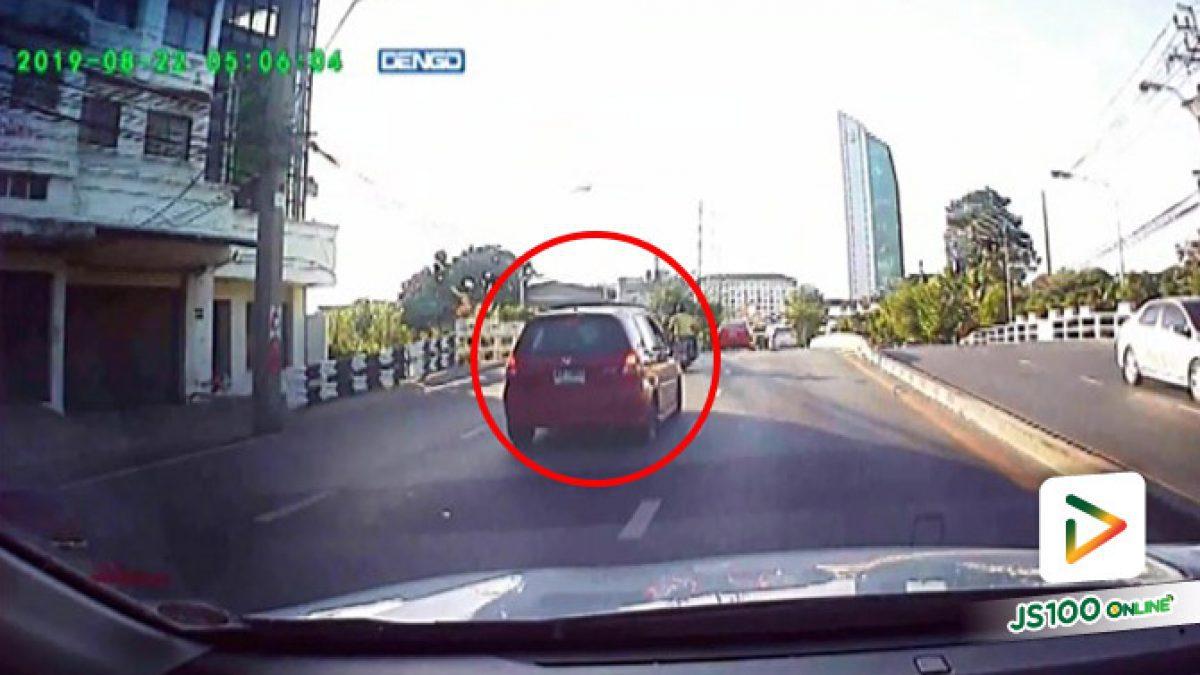 กระเด็นไปคนละทิศละทาง!! รถยนต์ Honda JAZZ ขับมาด้วยความเร็วสูงพุ่งชนรถจยย. เสียหลักล้ม (28/07/2019)