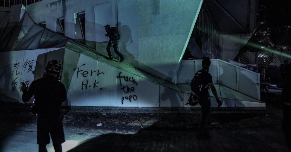 """ตำรวจคาดผู้ประท้วงฮ่องกงใช้มหาลัยเป็น """"โรงงานอาวุธ"""""""