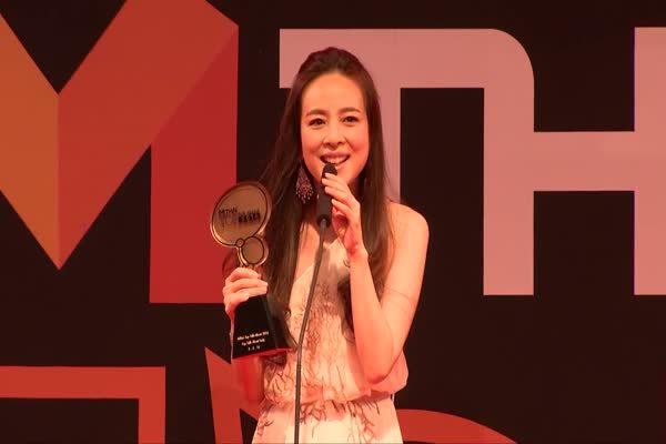 มาดามแป้ง นวลพรรณ ล่ำซำ รับรางวัล Top Talk-about  Lady