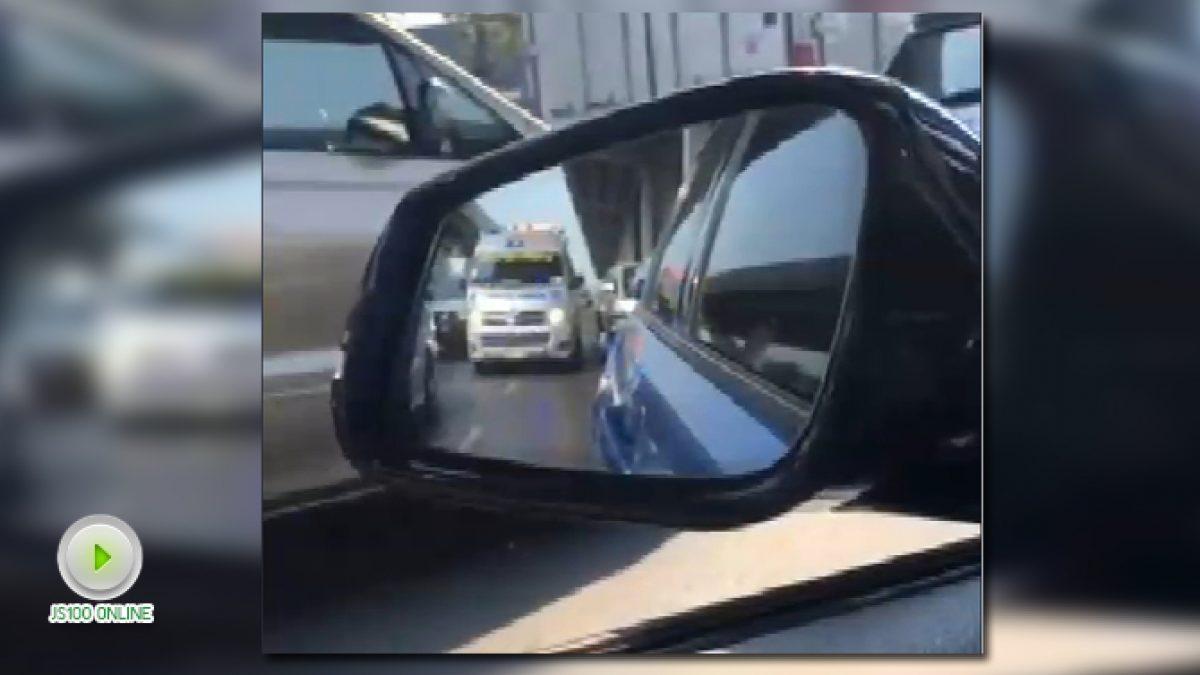 ผู้ใช้รถพยายามเปิดทางให้รถพยาบาล บนถ.บรมราชชนนี  ในขณะที่การจราจรติดขัด