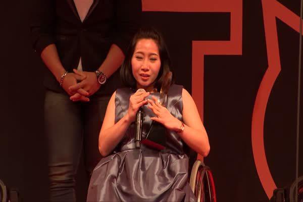 ฟ้า วิญธัชชา ถุนนอก นางฟ้าเก้าอี้เข็น รับรางวัล Top Talk-about  Lady