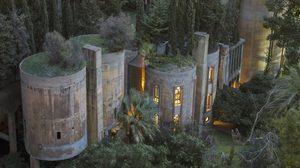 โคตรเจ๋ง! สถาปนิกหนุ่มเปลี่ยนโรงงานซีเมนต์เก่า ให้กลายเป็นบ้านสุดหรู