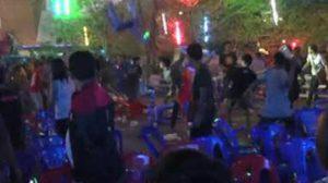 แตกตื่น! กลุ่มโจ๋ยกพวกตีกันกลางคอนเสิร์ตลาบานูน