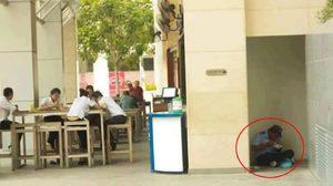 ดราม่า! ภาพ รปภ.นั่งกินข้าวบนพื้นหลบมุมตึก แต่นักศึกษานั่งบนโต๊ะ