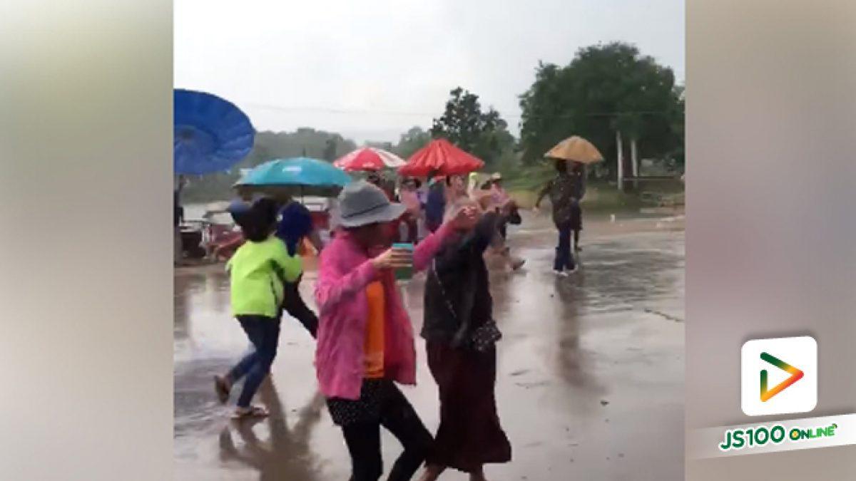 คลิปคุณยายน่ารักเต้นสู้กลางสายฝน อย่าลืมสระผมทานยาไว้ด้วยนะครับ (15-05-61)