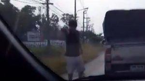คลิปเดือด! หนุ่มหัวร้อน ปาขวดใส่รถเก๋งคู่กรณี ก่อนถีบกระจกหน้ารถ