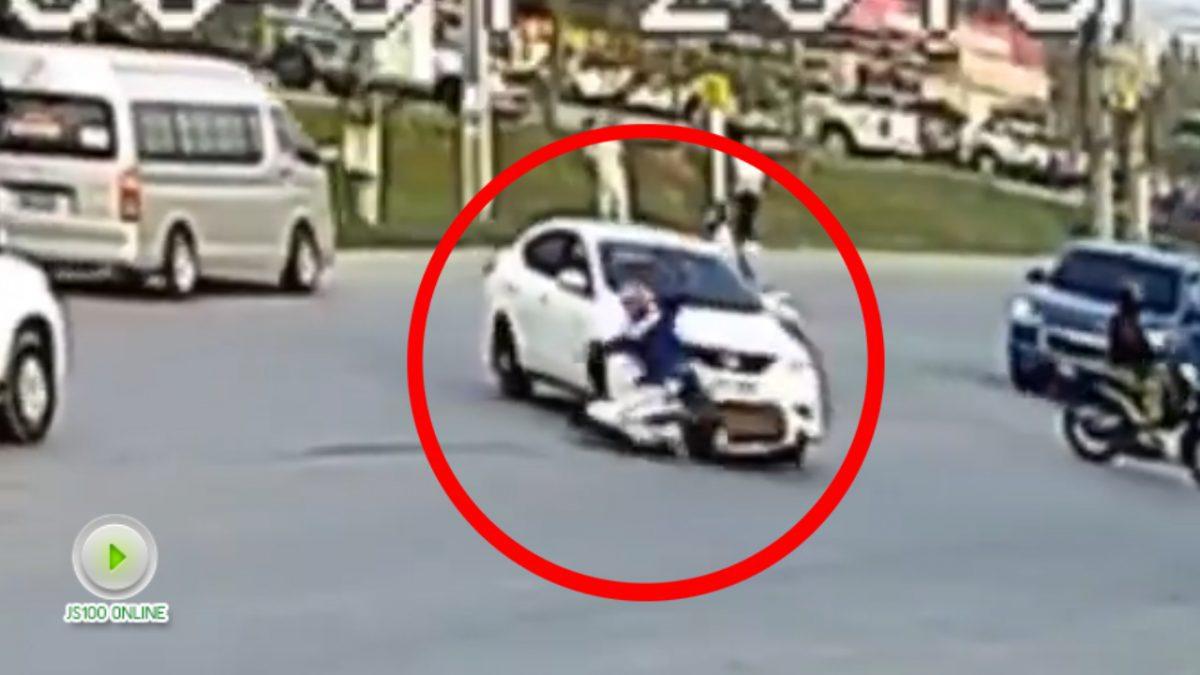 มองให้ดีก่อนเลี้ยว!! รถเก๋งชนรถจักรยานยนต์ กลางสี่แยก (30-01-61)