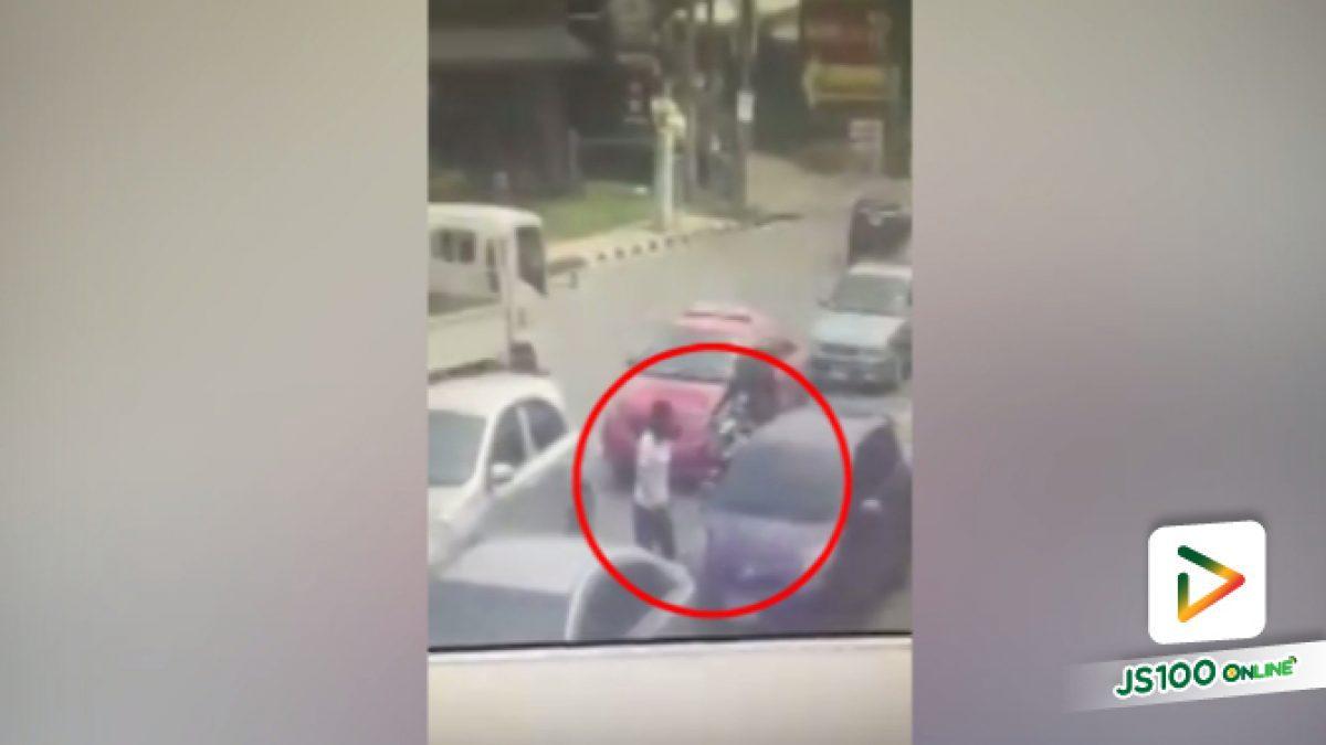 คลิปสาวใหญ่โกรธที่โดนบีบแตรของทางเลี้ยวซ้ายลงมาทุบรถ (12-04-61)