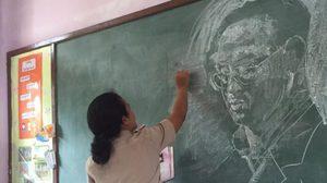 ชื่นชม! คุณครูใช้ชอล์กวาดพระบรมสาทิสลักษณ์ 'ในหลวง ร.9'