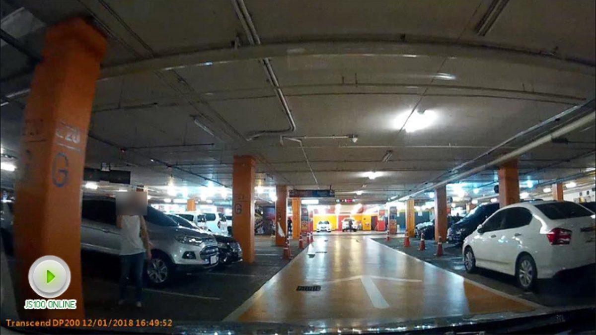 คลิปราชการสาวปริศนา ยืนจองที่จอดรถในห้างดังย่านลาดพร้าว (12-01-61)