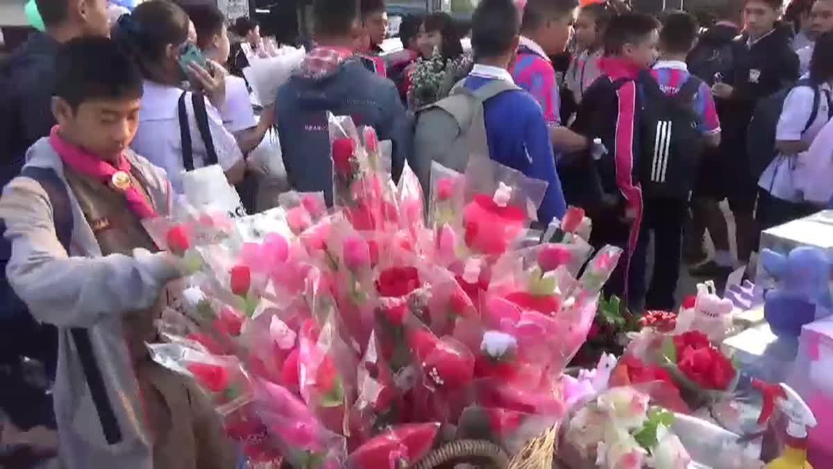 วัยรุ่นพะเยาแห่ซื้อดอกกุหลาบพลาสติก หลังดอกสดราคาแพงเกือบเท่าตัว