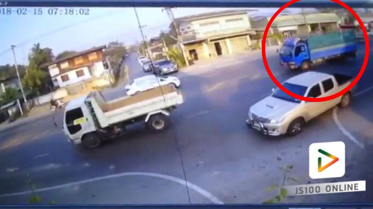 รถบรรทุกเสียหลักชนกับรถตู้รับส่งนักเรียน...รถตู้จึงพลิกคว่ำ!!(15-02-61)