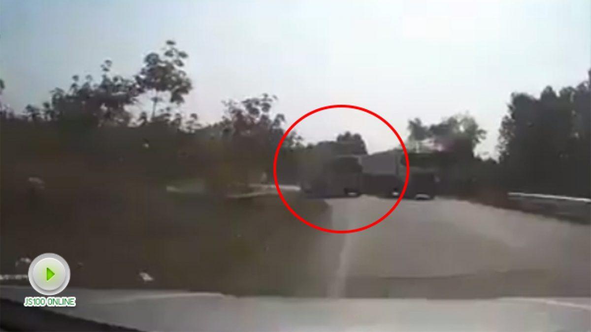 คลิปนาทีระทึก!! รถบรรทุกแซงเลนสวนในทางโค้ง (12-01-61)