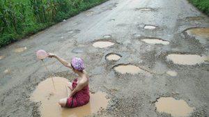 แชร์ว่อน ! สาวนุ่งผ้าถุงอาบน้ำบ่อโคลน ประชดสภาพถนนในไทย