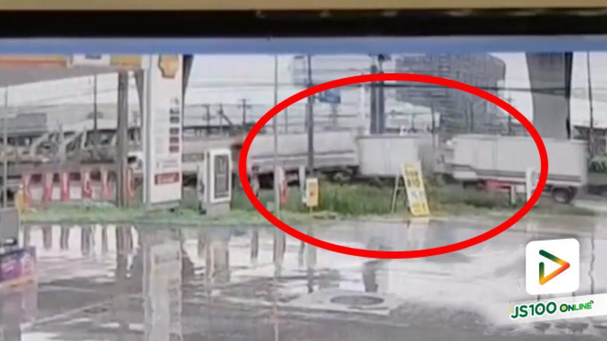 นาที! รถบรรทุกพุ่งชนท้ายรถบรรทุกอย่างจัง คนขับอ้างฝนตกถนนลื่นเบรคไม่อยู่