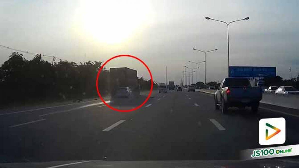 ไม่รู้คนขับเก๋งเป็นอะไร จู่ๆ เร่งเครื่องพุ่งชนท้ายรถบรรทุก พังยับ (19/09/2019)
