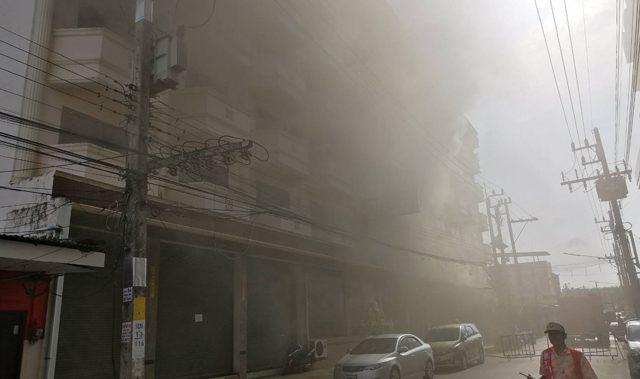 นักท่องเที่ยวปีนระเบียงหนีตาย หลังเกิดไฟไหม้โรงแรม ที่ จ.สงขลา