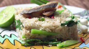 สูตร ข้าวผัดคะน้าปลาเค็ม ซอยพริกบีบมะนาวลงไป ฟินสุดๆ