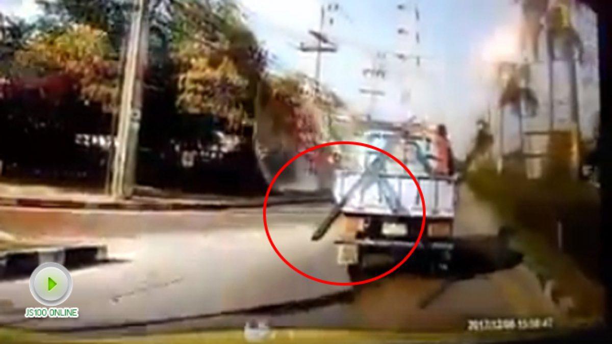 รถบรรทุกทำเหล็กหล่นกลางถนน (23-12-60)