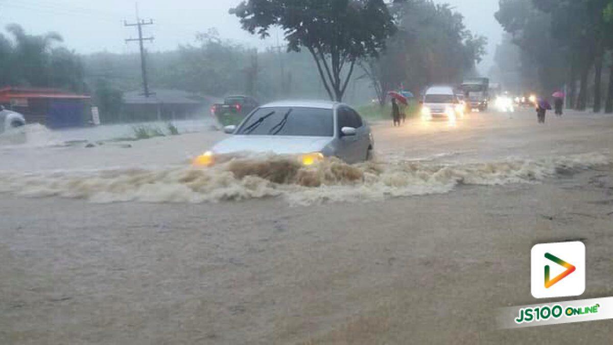 ฝนตกหนักต่อเนื่องในพื้นที่จ.ประจวบคีรีขันธ์ ตั้งแต่เวลา 14:00 น. ที่ผ่านมา ทำให้เกิดน้ำท่วมขังบนถนนหลายสาย (11-08-61)