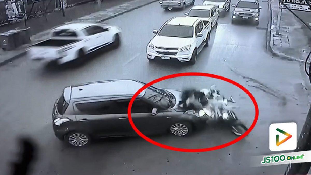 เห็นรถยนต์จอดไม่เฉลียวใจเลย หมวกกันน็อคก็ไม่ใส่