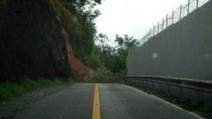 ฝนตกหนัก! ดินสไลด์ปิดถนนเลียบรันเวย์ 'สนามบินภูเก็ต'