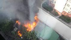 ระทึกไฟไหม้ชุมชนหลังสถานทูตรัสเซีย ยังคุมเพลิงไม่ได้!
