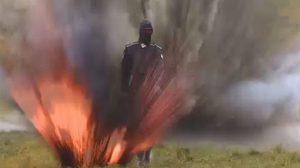 สตรองมาก !! นางแบบรัสเซียพรีเซนต์ชุดเกราะรุ่นใหม่ เดินฝ่าดงระเบิดโชว์