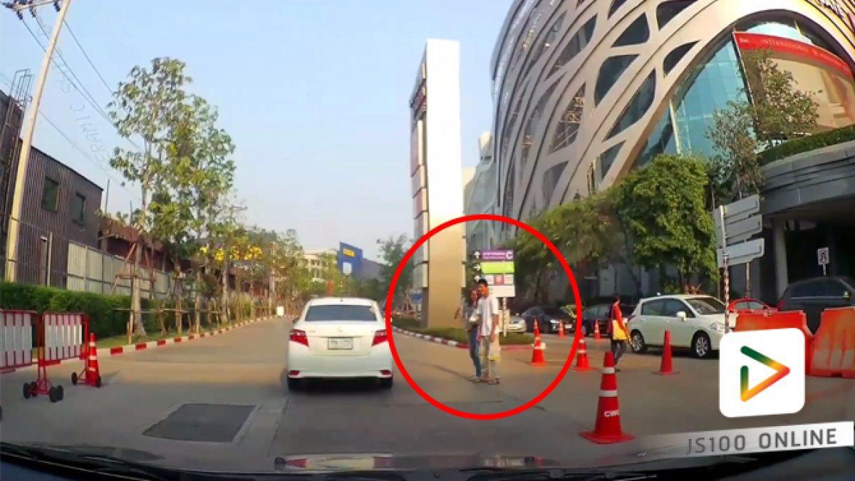 คลิปใจดีหยุดรถให้คนข้าม บริเวณทางเข้าห้างสรรพสินค้าเซ็นทรัลฯ  เวสต์เกต (14-03-61)