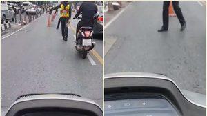หนุ่มสุดงง! ขับรถมอเตอร์ไซค์ ตีคู่มากับรถตำรวจ แต่กลับถูกเรียกตรวจคนเดียว