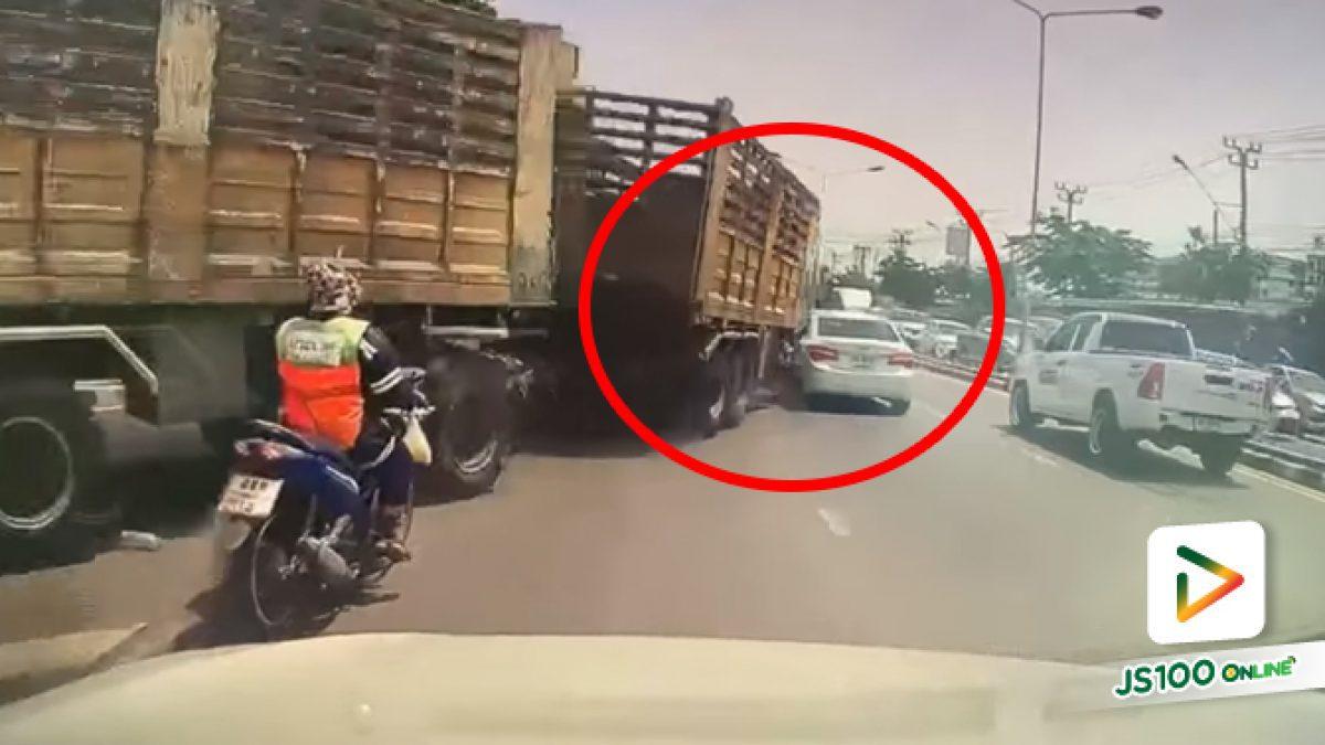 รถบรรทุกซิ่งเลี้ยวซ้ายเสียหลักมาชนเก๋ง ก่อนเบียดชนจยย. คันหน้า เสียหลักล้ม
