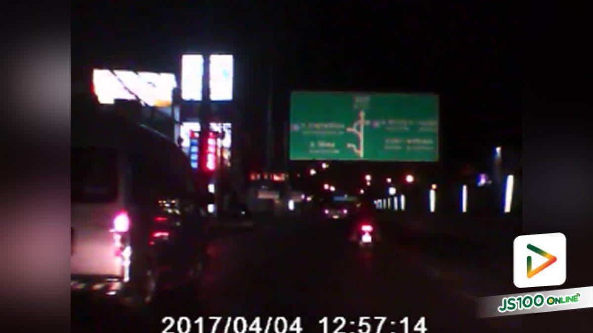 คลิปจยย. ถูกรถเก๋งสีดำเฉี่ยวล้มแล้วหนี พบว่ามีเด็กบนรถด้วย จุดเกิดเหตุปากซอยรามอินทรา43 (6-11-61)