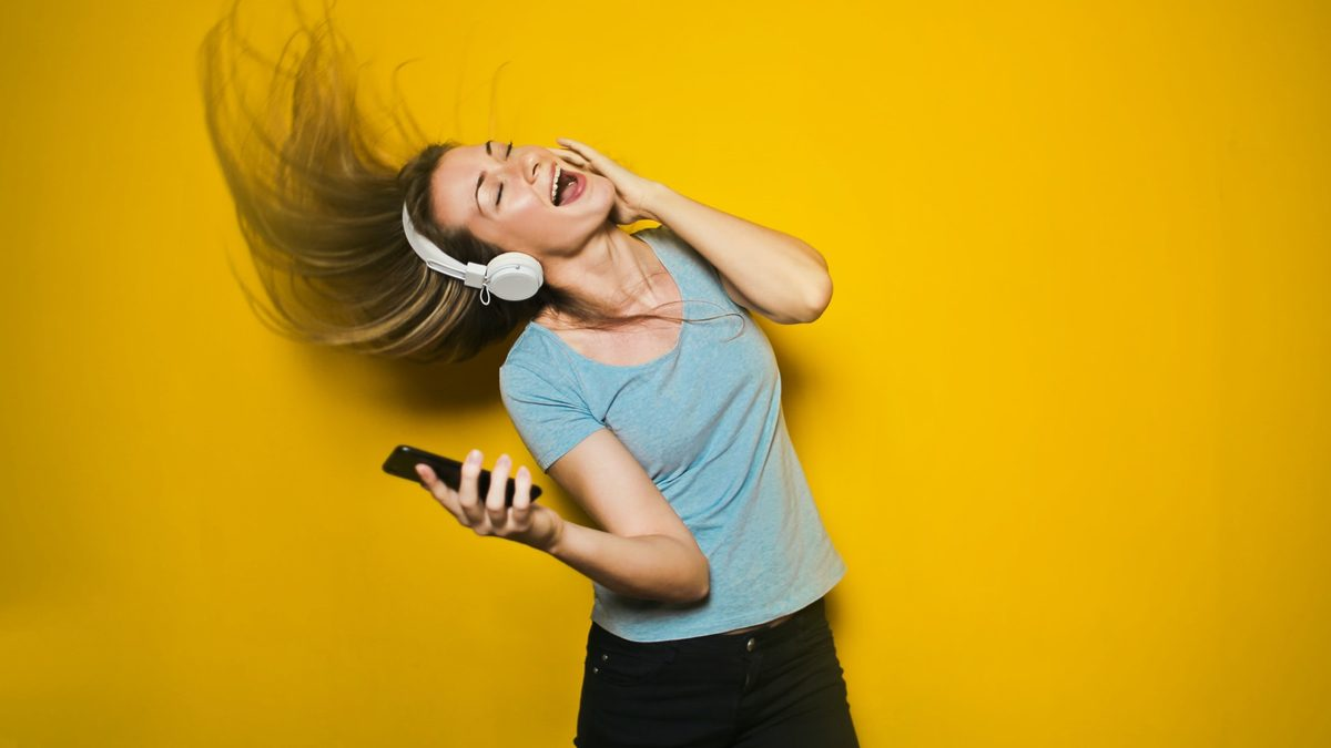 ควรระวัง! ฟังเพลงเสียงดัง เสี่ยงหูเสื่อม ทำให้เกิดการสูญเสียการได้ยิน