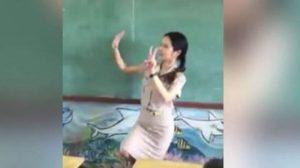 เล่นใหญ่มาก! ครูสาวสอนเด็ก ท่องสูตรคูณสุดมันส์
